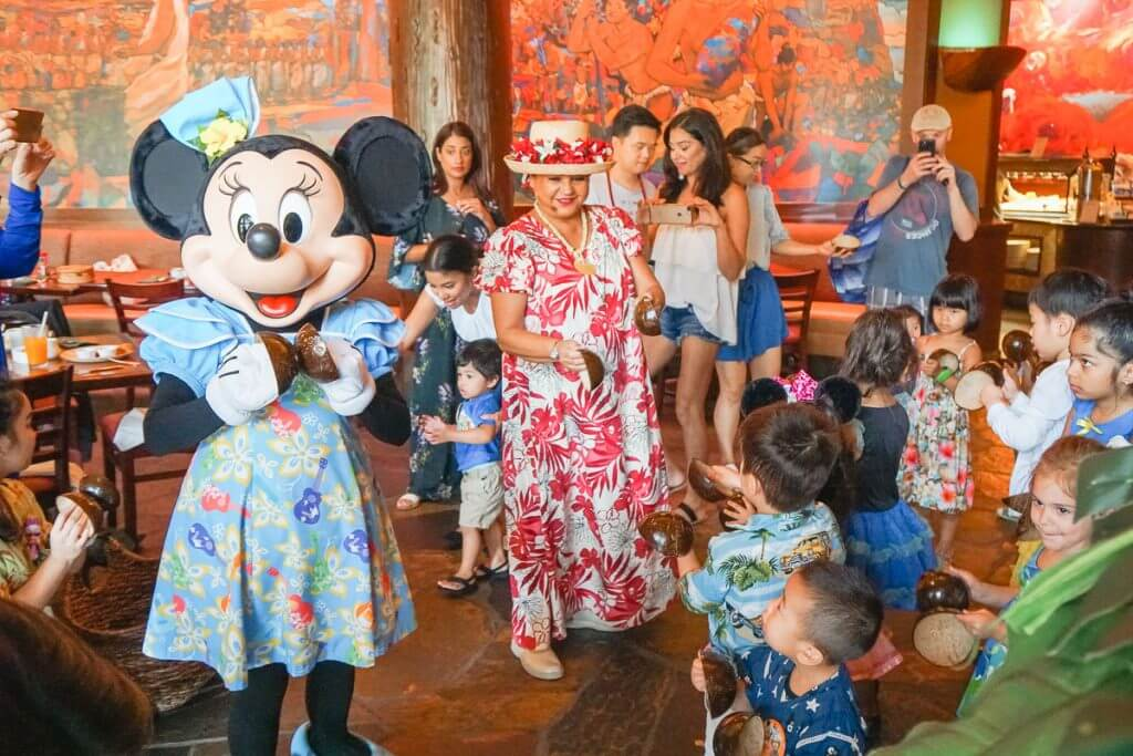 Aulani Character Breakfast entertainment with Aunty and Minnie Mouse