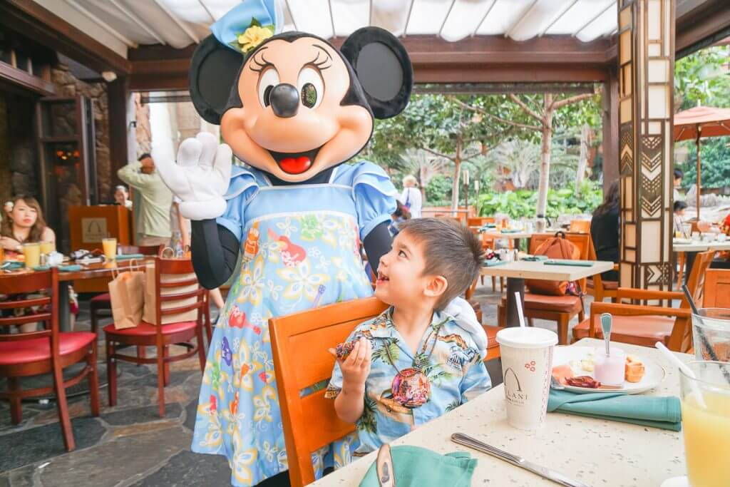 Disney Aulani resort tips featured by top US Disney blog, Marcie and the Mouse: Photo of Minnie Mouse at the Disney Aulani Character Breakfast at Aulani, a Disney Resort & Spa on Oahu. Doing the breakfast on arrival day is one of my Aulani tips. #aulani #oahu