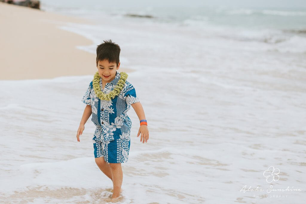 Oahu family photo shoot is a fun thing to do on Oahu #oahu #oahuphotograher #hawaiiphoto #hawaii #hawaiiwithkids
