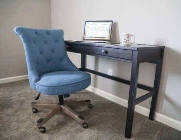 Photo of a blog office for a blogging mama and aspiring top mommy blogger #mommyblogger #homedecor #homeoffice #blogoffice #officefuriture #blogging