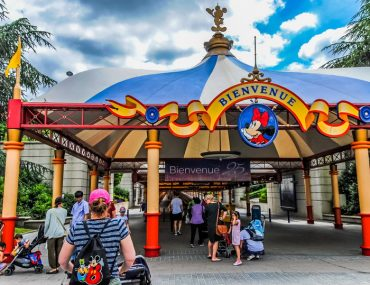 Get the top Disneyland Paris hacks for families visiting Disneyland Paris with kids #disney #disneylandparis #pariswithkids #familytravel #travelwithkids