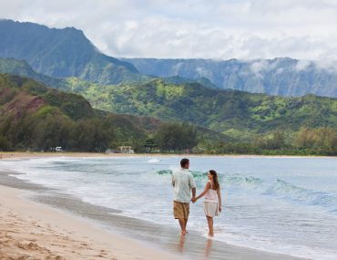 Photo of a couple in Hawaii, a top zika-free babymoon destination in the U.S. #zikafreebabymoon #babymoon #hawaii #travelwhilepregnant #pregnant #pregnancy