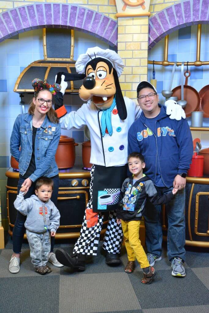 20 Essential Tips on How to Save Money at Disneyland featured by top US Disney blogger, Marcie and the Mouse: Official Goofy's Kitchen character breakfast photo from the Disney PhotoPass photographers #disneyland #goofyskitchen #characterbreakfast