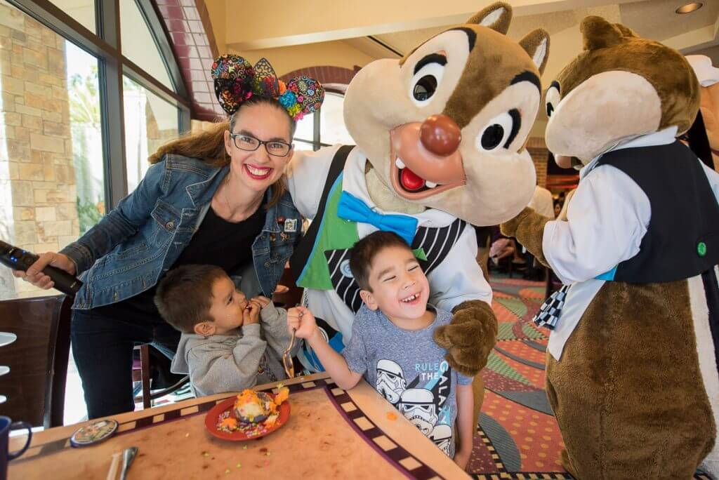 Photo of Chip and Dale at Goofy's Kitchen at the Disneyland Resort #goofyskitchen #disneysmmc #disneylandhotel