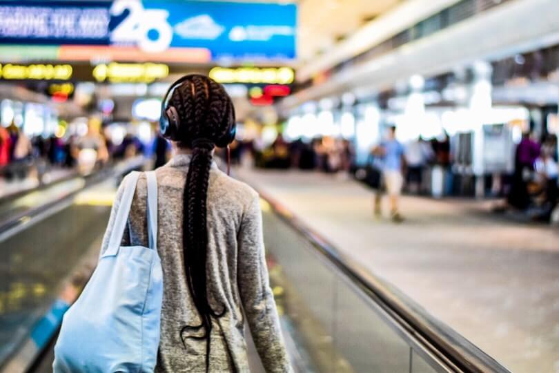 How to Get Cheap Flights Around Christmas, tips featured by top US travel blogger, Marcie in Mommyland: Find last minute flights for the cheapest airline deals