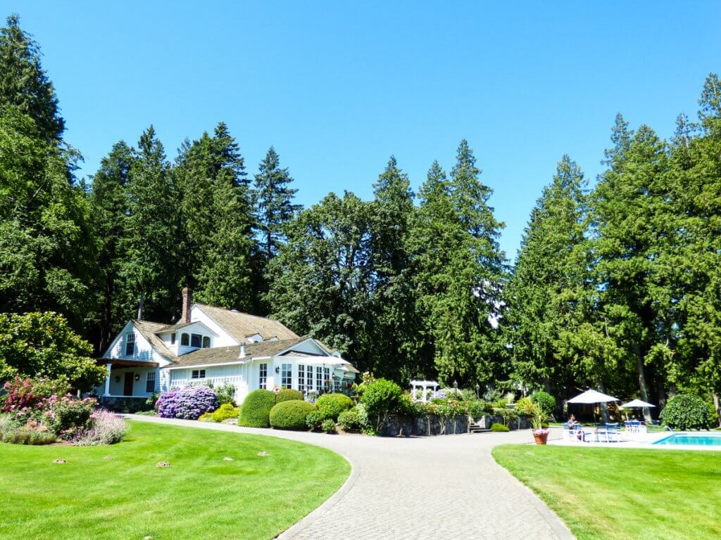 Top 12 Best Romantic Weekend Getaways from Seattle featured by top Seattle blogger, Marcie in Mommyland: Sandpiper resort Rowena's Inn
